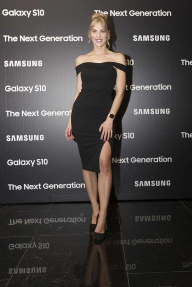 Η λαμπερή Μαντώ Γαστεράτου, παρουσιάστρια της βραδιάς, ποζάρει φορώντας το νέο premium Galaxy Watch Active, με μοντέρνο ροζ χρυσό καντράν και ίδιου χρώματος λουρί.