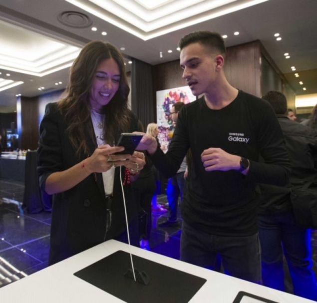 Η παρουσιάστρια και ραδιοφωνική παραγωγός, Ευαγγελία Τσιορλίδα, ανακαλύπτει τα μοναδικά features του νέου Galaxy S10 με τη βοήθεια ενός Samsung expert