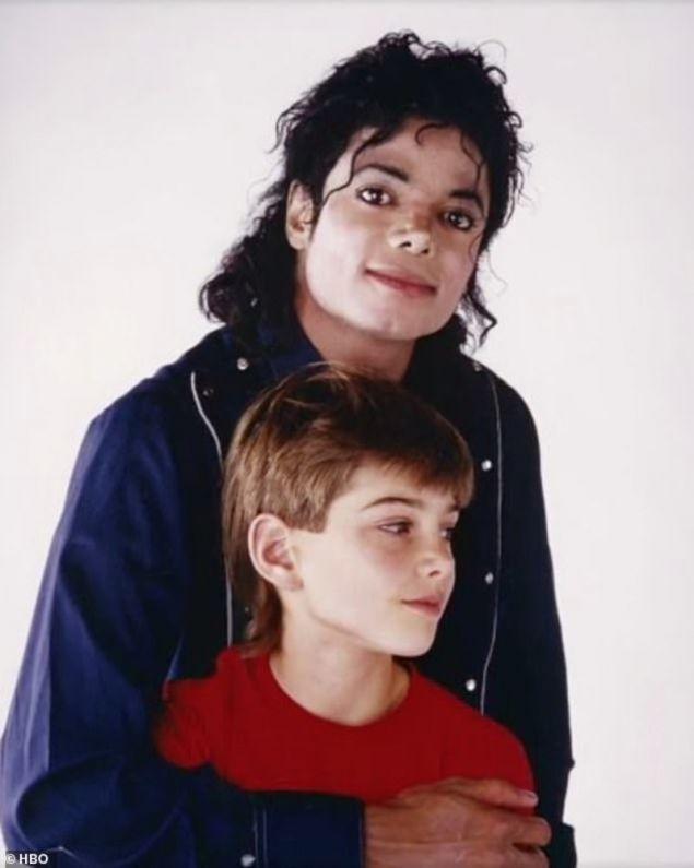 Ο Μάικλ Τζάκσον με τον Σέιφτσακ, τον άνδρα που έφερε στο φως της δημοσιότητας ανατριχιαστικές λεπτομέρειες μέσω του ντοκιμαντέρ.