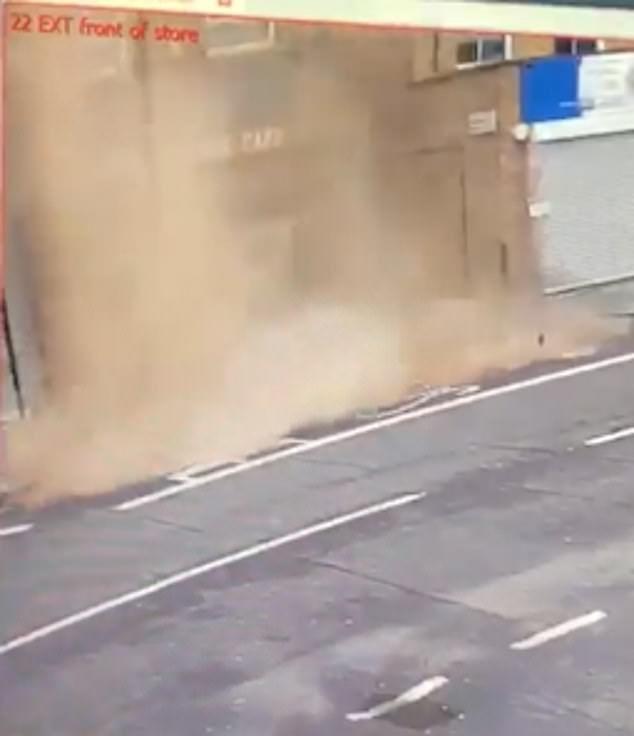 Ένα σωρός από τούβλα και ερείπια έπεσε από την οροφή του κτιρίου εξαιτίας των ισχυρών ανέμων
