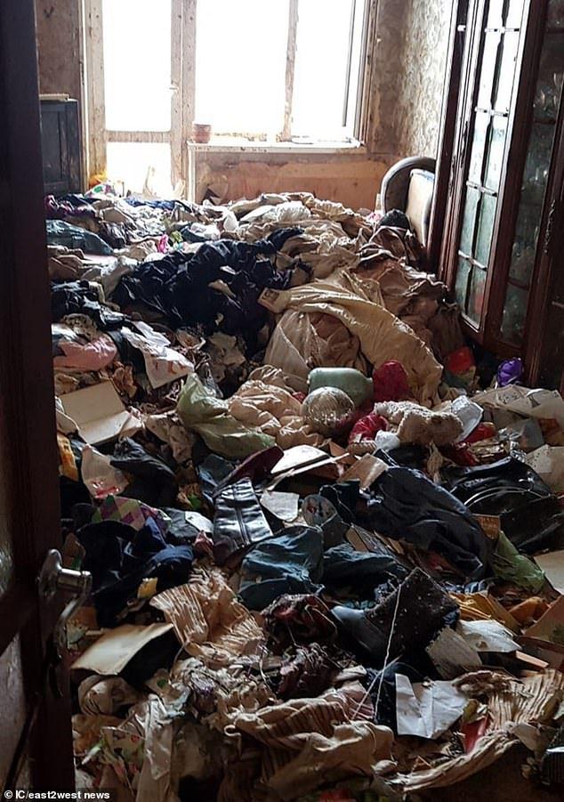 Η αστυνομία έπρεπ να φορέσει ειδικές στολές για να εισέλθει στο διαμέρισμα που ήταν γεμάτο με σκουπίδια και κατσαρίδες