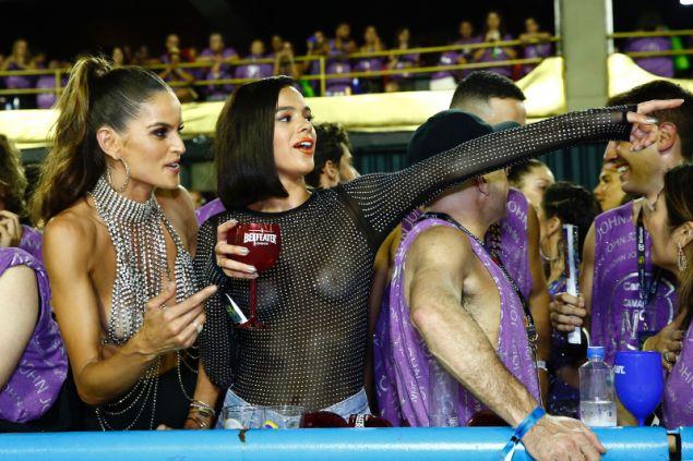 Οι δύο γυναίκες έδειχναν να περνούν πολύ όμορφα στην τελετή λήξης του διάσημου καρναβαλιού
