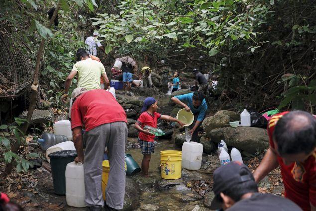 Ο στρατός έχει πλέον την διαχείρισή του και όποιος μπορεί να βρει καθαρό νερό πρέπει να πληρώνει γι' αυτό.
