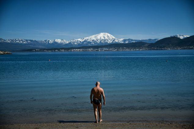 Βουτιά στα ήρεμα νερά και από ψηλά το χιονισμένο βουνό