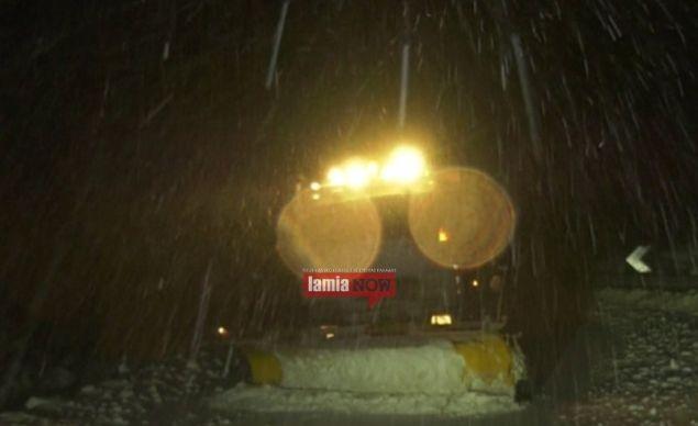Εκχιονιστικά απομακρύνουν το χιόνι από τον δρόμο / Φωτογραφία: LamiaNow