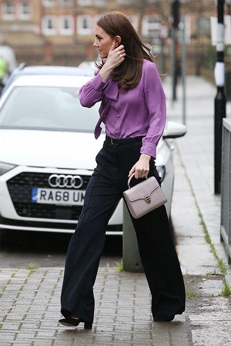 Όπως μπορεί να δει κανείς η Κέιτ Μίντλετον φόρεσε την μπλούζα με τα κουμπιά μπροστά