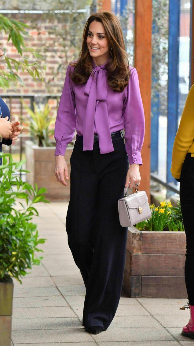 Η εντυπωσιακή εμφάνιση της Κέιτ Μίντλετον με την μοβ μπλούζα Gucci και το ψηλόμεσο παντελόνι
