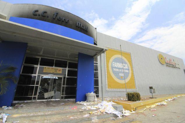 Το εμπορικό κέντρο C.C. Ferre μετά από επιδρομή πλιατσικολόγων (Φωτογραφία: ΑΡ)