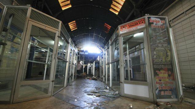 Σπασμένες βιτρίνες λεηλατημένων καταστημάτων σε εμπορικό κέντρο του Μαρακάιμπο (Φωτογραφία: ΑΡ)