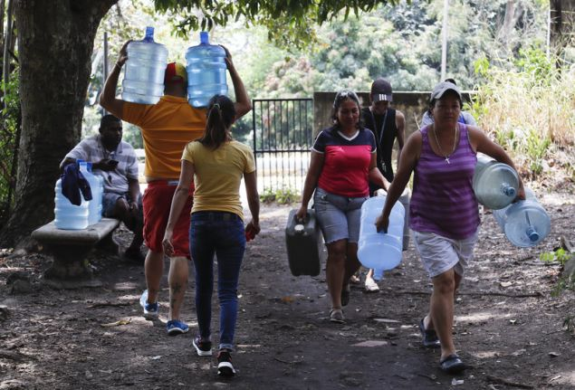 Στο Εθνικό Πάρκο Αβίλα κατέφυγαν πολλοί για πόσιμο νερό (Φωτογραφία: ΑΡ)