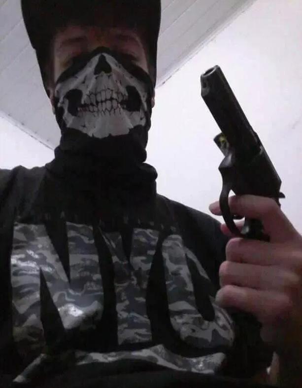 Ο Μοντέιρο είχε ποζάρει με μάσκα με νεκροκεφαλή κι ένα πιστόλι στο χέρι σε φωτογραφίες που ανήρτησε ο ίδιος στο Διαδίκτυο (Φωτογραφία: Facebook)