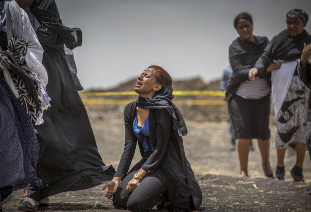 Σκηνές αρχαίας τραγωδίας στο σημείο της πτώσης του Boeing 737 MAX / Φωτογραφία: AP Images