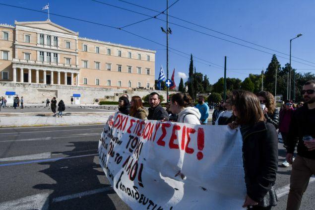 Μέχρι τη Βουλή έφτασαν οι διαμαρτυρόμενοι
