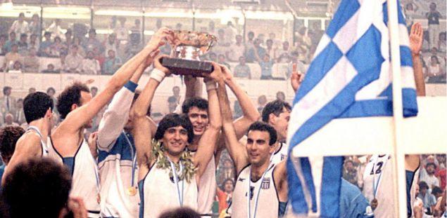 Ο Παναγιώτης Γιαννάκης με τον Νίκο Γκάλη και τα άλλα παιδιά σηκώνουν το χρυσό ευρωπαϊκό τρόπαιο το 1987