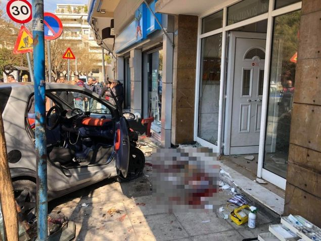 Το αυτοκίνητο καρφώθηκε σε είσοδο πολυκατοικίας στην Ακαδημία Πλάτωνος