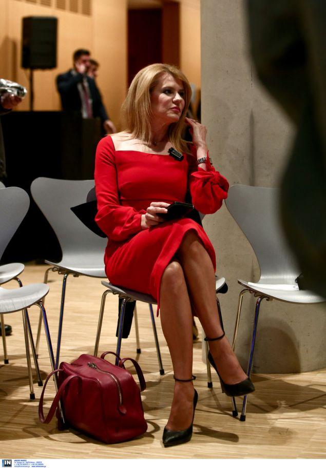 Η Θεοδώρα Τζάκρη με κατακκόκινο της φωτιάς φόρεμα, στην εκδήλωση στο ΚΠΙΣΝ με ομιλητή τον Εβο Μοράλες -Φωτογραφία: Intimenews/ΤΖΑΜΑΡΟΣ ΠΑΝΑΓΙΩΤΗΣ