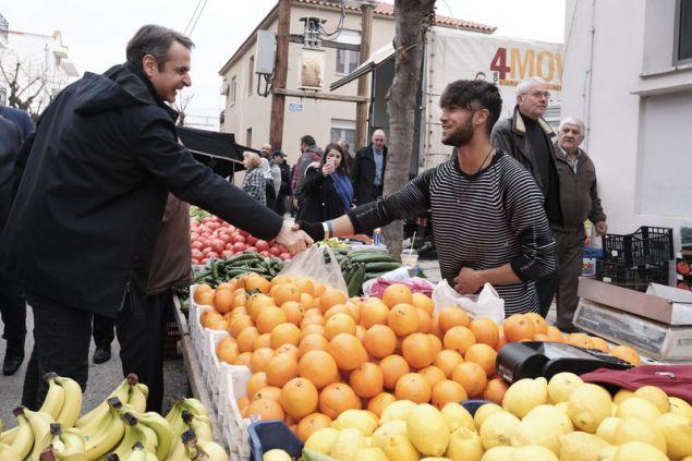 Ο πρόεδρος της ΝΔ έκανε βόλτα στην υπαίθρια αγορά της πόλης