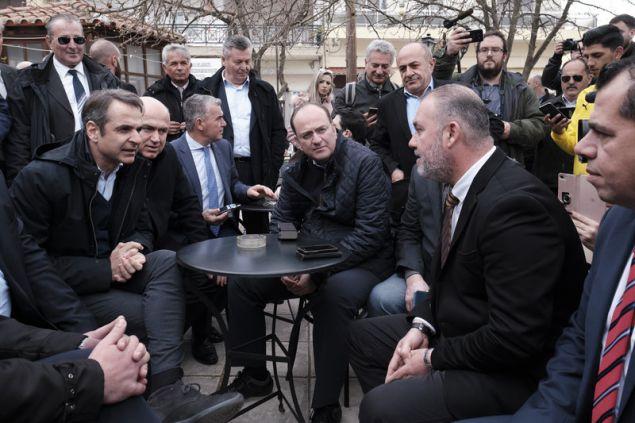 Ο Κυριάκος Μητσοτάκης συνάντησε φορείς της πόλης σε παραδοσιακό καφενείο