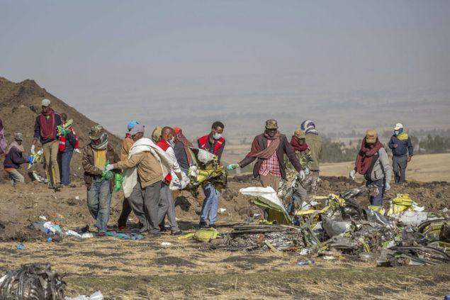 Και οι 157 επιβαίνοντας σκοτώθηκαν όταν το αεροσκάφος της Ethiopian Airlines καρφώθηκε την περασμένη Κυριακή στο έδαφος κοντά στο Μπισόφτου της Αιθιοπίας (Φωτογραφία: ΑΡ)