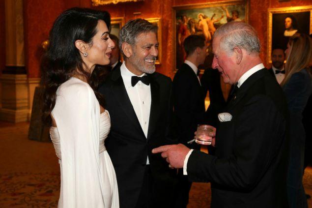 Ο Τζορτζ Κλούνεϊ με την σύζυγό του Αμάλ στο δείπνο που παρέθεσε ο πρίγκιπας Κάρολος