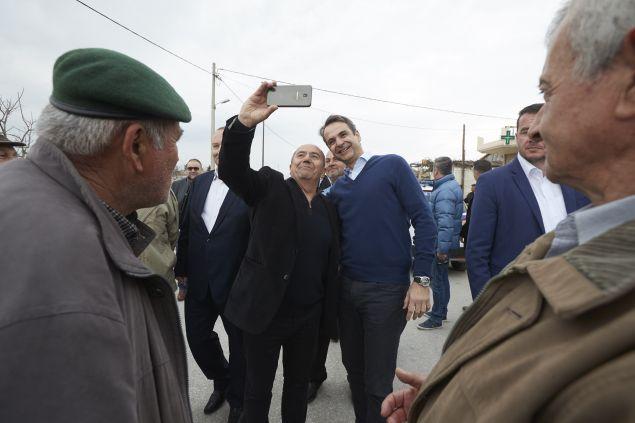 Σέλφι με κατοίκους έβγαλε ο πρόεδρος της ΝΔ