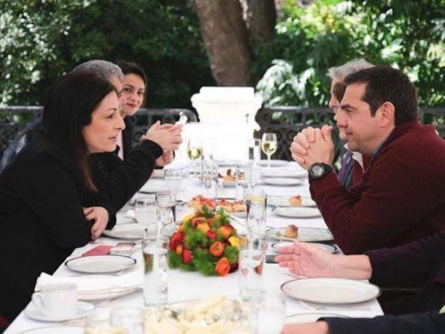 Η Μυρσίνη Λοΐζου συνομιλεί με τον Αλέξη Τσίπρα