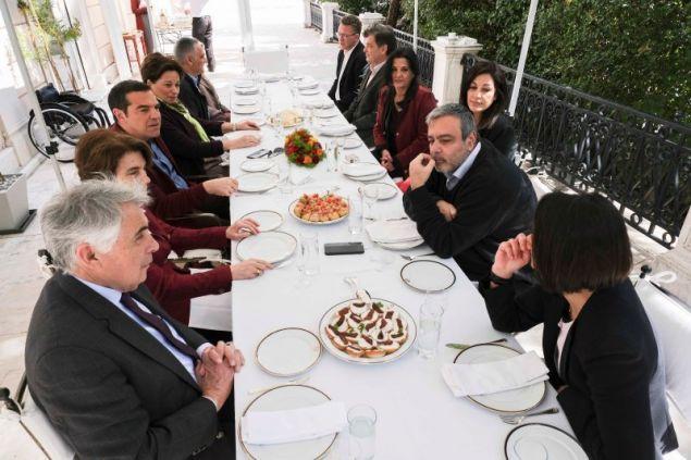 Ο Αλέξης Τσίπρας και οι υποψήφιοι ευρωβουλευτές του ΣΥΡΙΖΑ κάθονται να γευματίσουν στη βεράντα του Μεγάρου Μαξίμου