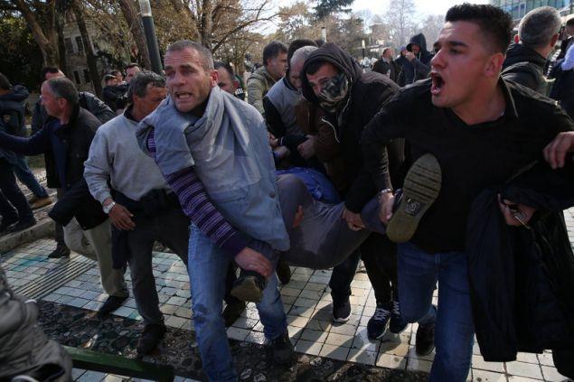 Διαδηλωτές μεταφέρουν τραυματία