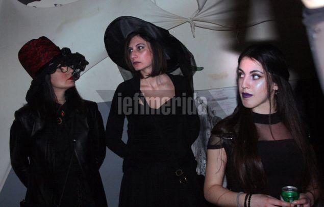 Τρεις μάγισσες με μαύρο outfit