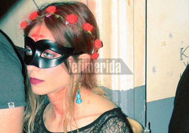 Μάσκα και λουλούδια στα μαλλιά