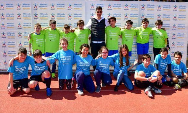 Ο Σάκης Ρουβάς με παιδιά από το πρόγραμμα Αθλητικές Ακαδημίες ΟΠΑΠ