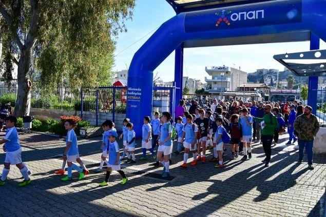 Είσοδος των παιδιών στο φεστιβάλ των Αθλητικών Ακαδημιών ΟΠΑΠ