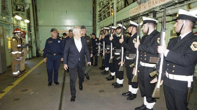 Αγημα του Ναυτικού παρουσιάζει τιμές στον υπουργό Εθνικής Αμυνας- φωτογραφία intimenews