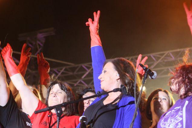 Η Χαρούλα Αλεξίου φορώντας κόκκινα γάντια, στη συναυλία υπέρ των απολυμένων καθαριστριών του ΥΠΟΙΚ