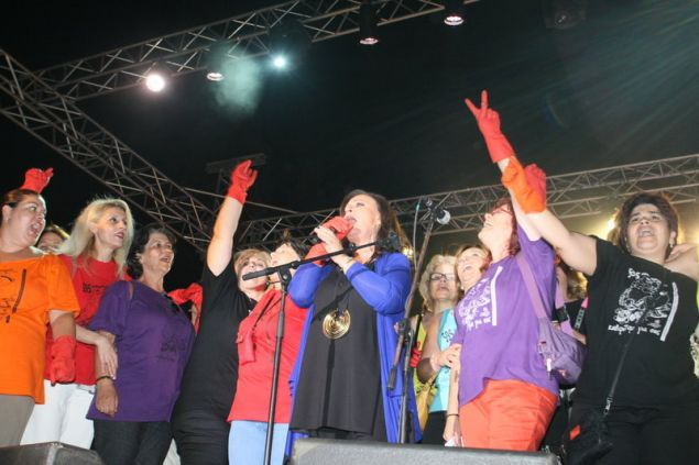 Η Χαρούλα Αλεξίου τραγουδά στη συναυλία για τις απολυμένες καθαρίστριες τον Ιούλιο του 2014 -Φωτογραφία: EUROKINISSI/ΤΑΤΙΑΝΑ ΜΠΟΛΑΡΗ