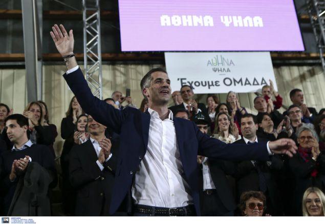 Ο Κώστας Μπακογιάννης χαιρετά τον κόσμο της συγκέντρωσης -Φωτογραφία: Intimenews/ΤΖΑΜΑΡΟΣ ΠΑΝΑΓΙΩΤΗΣ