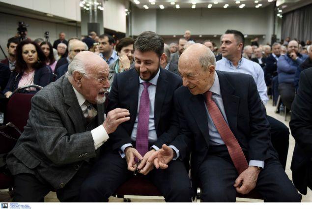 Ο Κ. Σημίτης συνομιλεί με τον υποψήφιο ευρωβουλευτή του ΚΙΝΑΛ, Νίκο Ανδρουλάκη-Φωτογραφία: Intimenews/ΠΑΠΑΝΙΚΟΣ ΓΙΑΝΝΗΣ