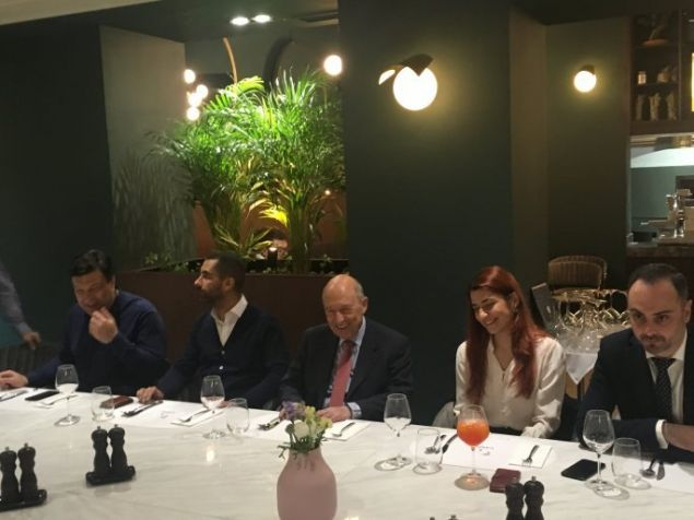 Το τραπέζι που έκαναν στελέχη του ΠΑΣΟΚ στον Κ. Σημίτη σε μπαρ-ρέστοραν στα Λαδάδικα -Φωτογραφία: ethnos.gr