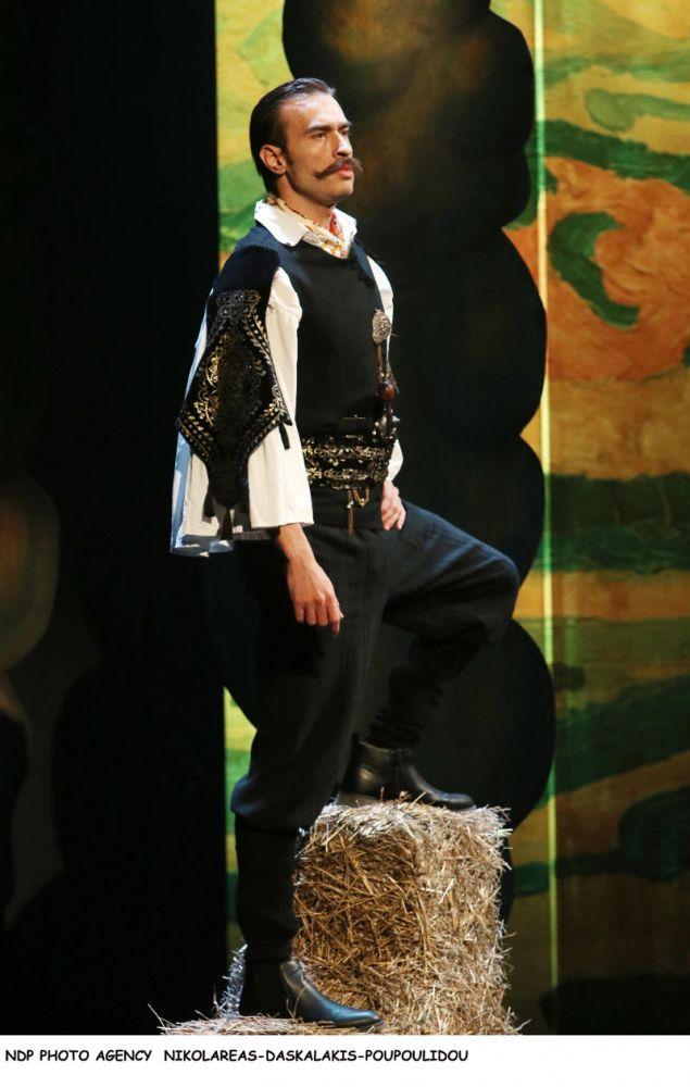 Ο Κωνσταντίνος Μαγκλάρας στο θέατρο.