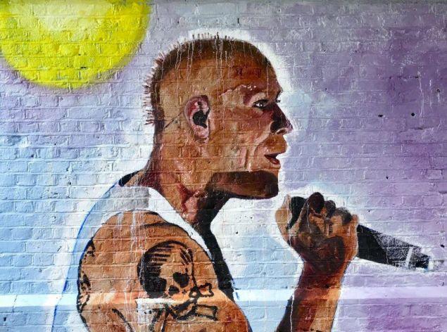 To γράφιτι είναι κοντά στο σπίτι που έμενε και απεικονίζει τον Κιθ Φλιντ να τραγουδά