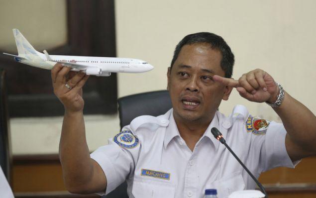 Eπιθεωρητής της Επιτροπής Ασφάλειας Μεταφορών της Ινδονησίας δείχνει πώς το σύστημα έσπρωχνε το ρύγχος του Boeing της Lion Air προς τα κάτω (Φωτογραφία: ΑΡ)