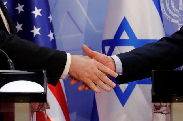 Ο Νετανιάχου και και ο Πομπέο σφίγγουν τα χέρια -Φωτογραφία: AP Photo/Sebastian Scheiner, Pool
