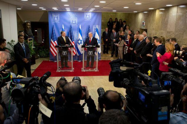 Ο αμερικανός ΥΠΕΞ και ο πρωθυπουργός του Ισραήλ στις κοινές τους δηλώσεις -Φωτογραφία: AP Photo/Sebastian Scheiner, Pool