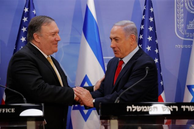 Ο Μπέντζαμιν Νετανιάχου (δεξιά) και και ο Μάικ Πομπέο (αριστερά) -Φωτογραφία: AP Photo/Sebastian Scheiner, Pool