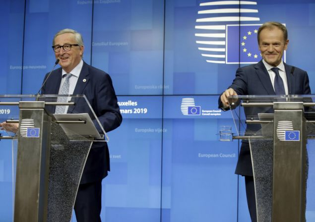 Με χιούμορ επιχείρησαν να εκτονώσουν την ένταση μετά τις μαραθώνιες διαπραγματεύσεις για το Brexit στις Βρυξέλλες οι πρόεδροι της Κομισιόν και του Ευρωπαϊκού Συμβουλίου (Φωτογραφία: ΑΡ)