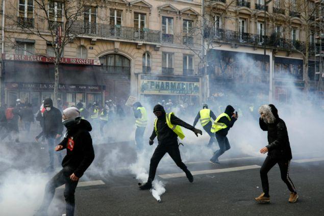 Σποραδικές συγκρούσεις ξέσπασαν στο Παρίσι και σε άλλες πόλεις της Γαλλίας σήμερα μεταξύ της αστυνομίας και των κίτρινων γιλέκων.