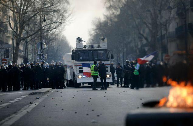 Η αστυνομία έκανε χρήση δακρυγόνων εναντίον των διαδηλωτών.