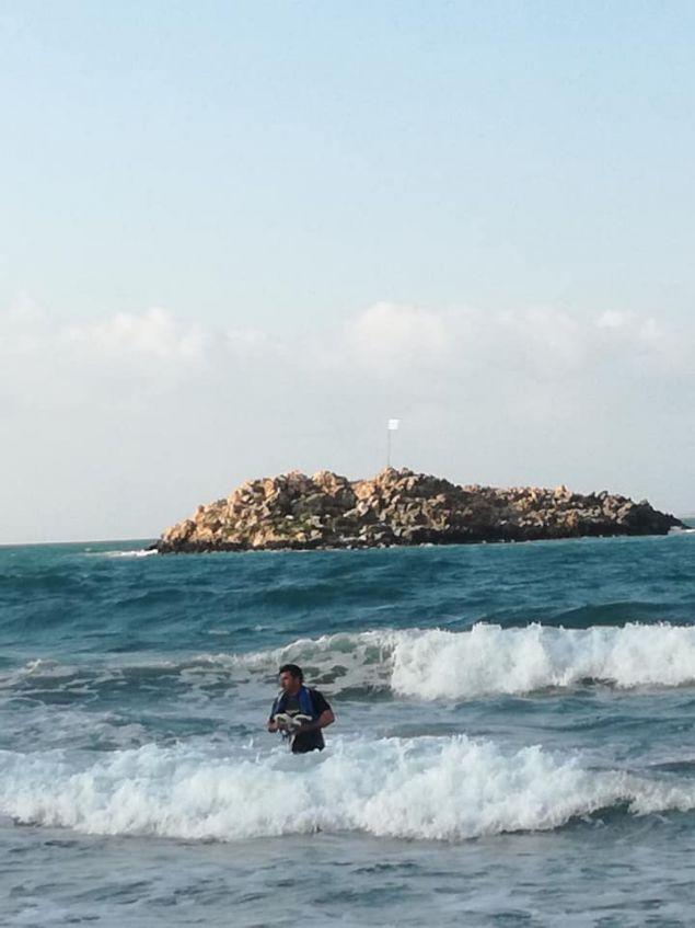 Νεαρός στην Κρήτη πήγε κολυμπώντας σε νησάκι για να αλλάξει την κουρελιασμένη σημαία