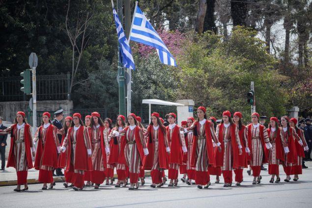 Το Λύκειο των ελληνίδων με τοπικές φορεσιές