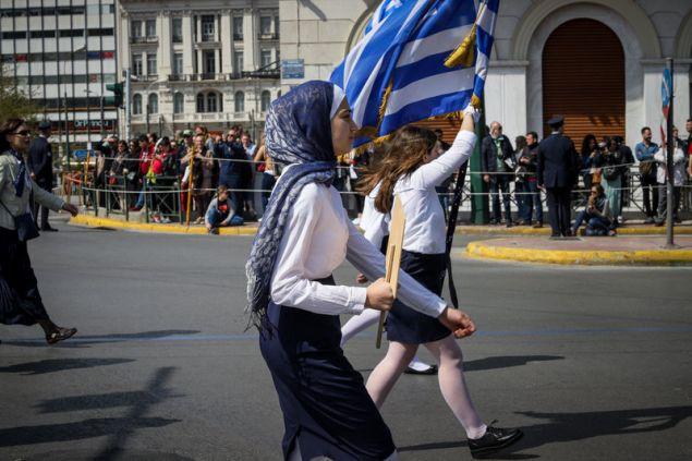 Η κοπέλα στην παρέλαση δεν αποχωρίστηκε την μαντίλα της
